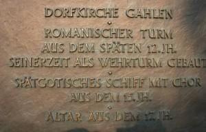 Bronzeplatte an der Dorfkirche